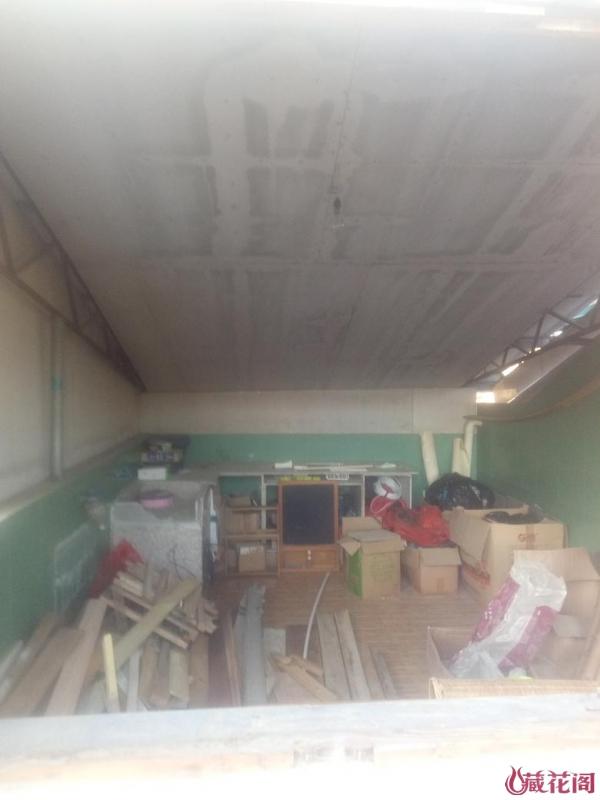 铁皮屋内木工房兼垃圾堆