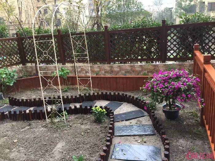 第一次铺路:青砖加草坪,两侧用淘宝的木桩定位