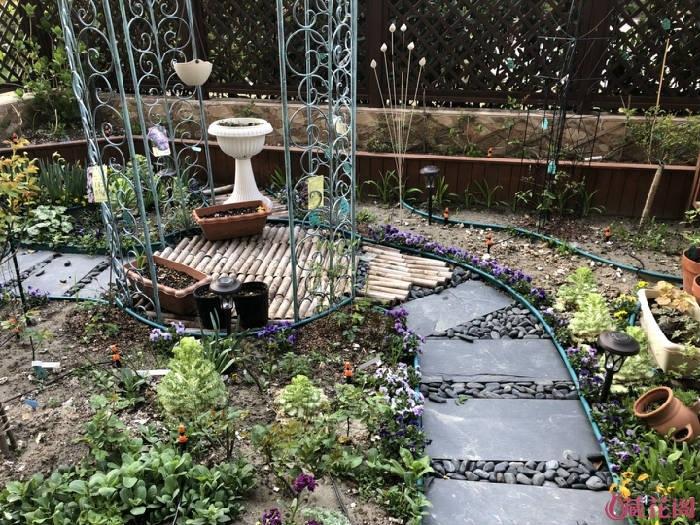 第二次:草坪下铺防草布,直接用石子填缝,木头拉出来,横铺在亭子中间,缝隙用石头填充