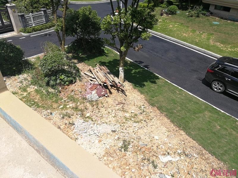 从车库顶看侧花园,几乎都是建渣士了