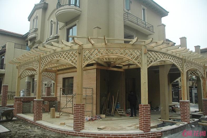 完成后全部整理正了,贴上砖后效果更漂亮了,前面的两个柱子没放压顶石是因为这一段是户外吧台
