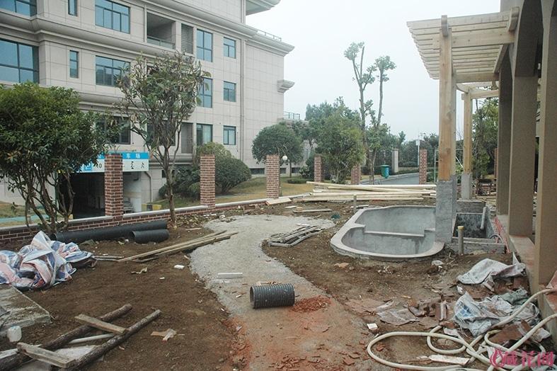 园路和休闲台都用混泥土打底,防止沉降!