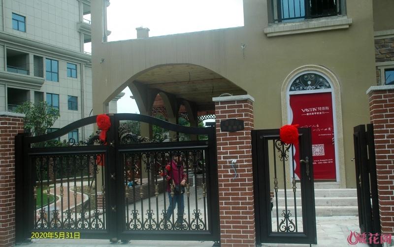 花园的大门,附送的大红花是不是很喜庆?