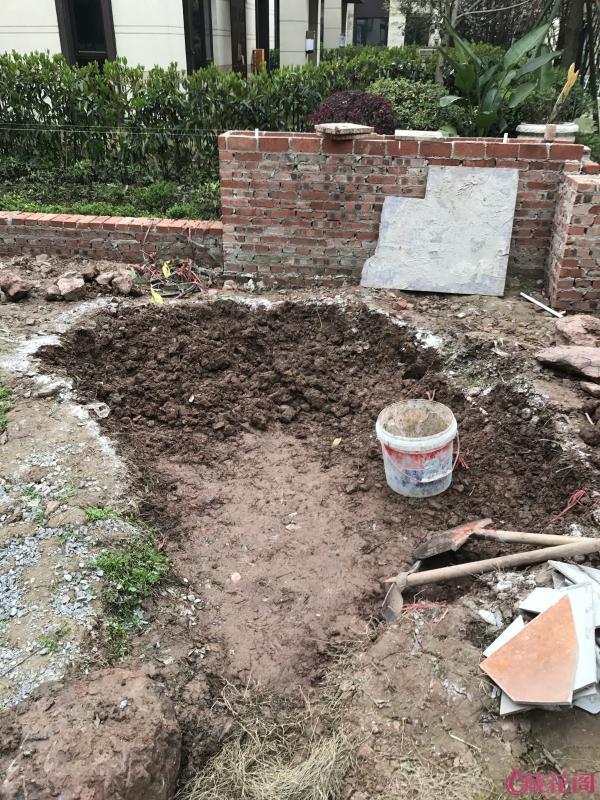 开始准备朝大门这边挖,结果下面有下水道和天然气管道,没办法就改方向了。