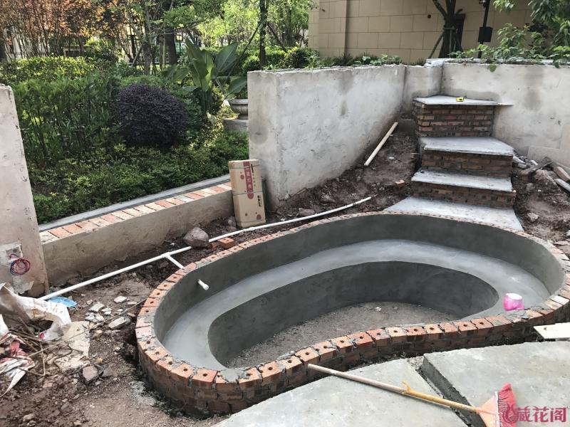 当初准备用防渗膜,后来考虑到使用年限,还是做出水泥,再做2次防水。